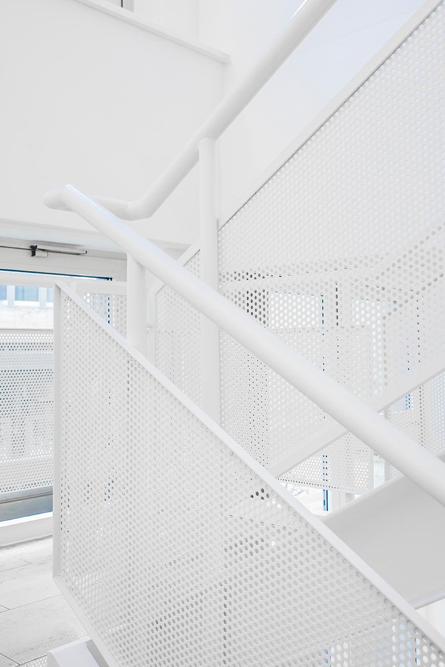 projekt 1 bild weiss treppe